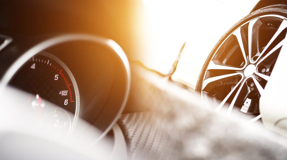 Abstraktes Foto zeigt Tacho und Reifenfelgen eines Automobils.