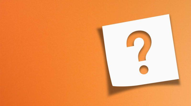 Bild enthält Orangen Hintergrund mit einem Post-it welchem ein ausgestanztes Fragezeichen enthält.