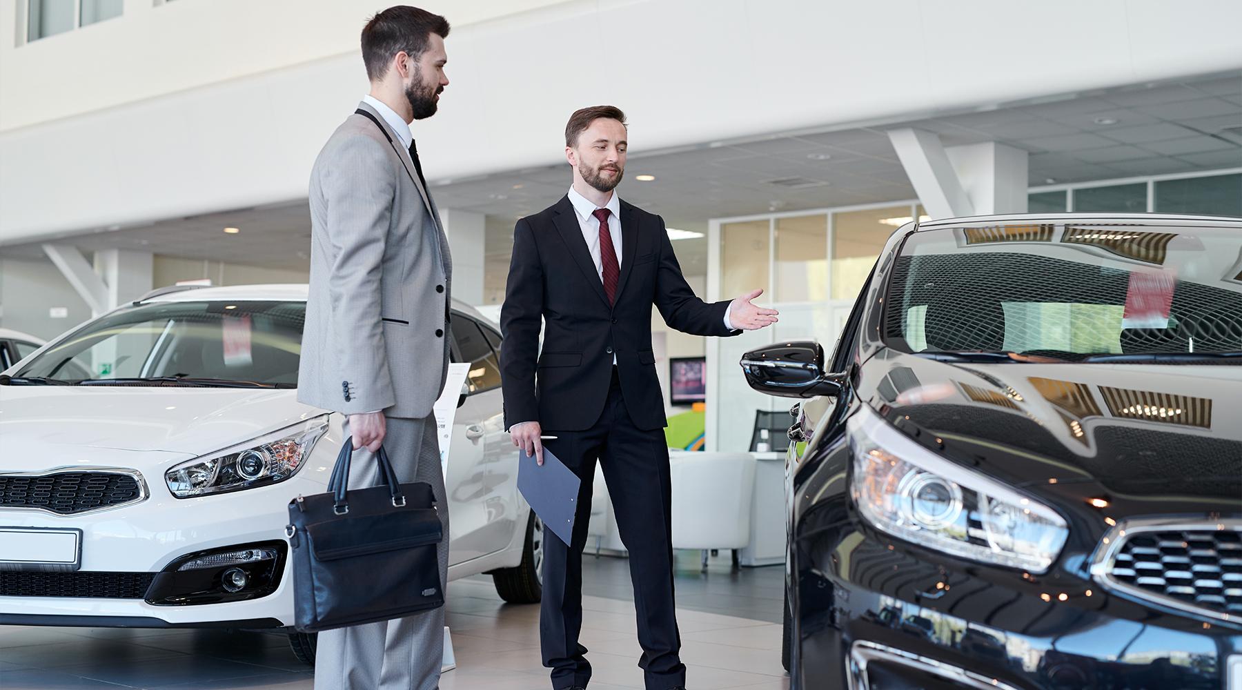 Kfz-Disponent in seiner Beratung mit einem Autohaushändler